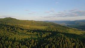 Μπαλόνι ζεστού αέρα που πετά πέρα από τον ουρανό στο τοπίο βουνών απόθεμα βίντεο
