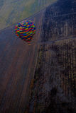 Μπαλόνι ζεστού αέρα που πετά πέρα από τους χειμερινούς τομείς Στοκ Εικόνα