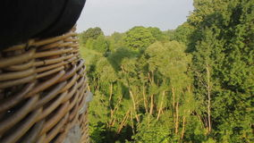 Μπαλόνι ζεστού αέρα που πετά πέρα από το νησί του Τρακάι φιλμ μικρού μήκους