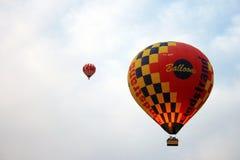 Μπαλόνι ζεστού αέρα που πετά πέρα από το τοπίο βράχου σε Cappadocia Τουρκία Στοκ φωτογραφία με δικαίωμα ελεύθερης χρήσης