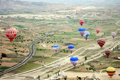 Μπαλόνι ζεστού αέρα που πετά πέρα από το τοπίο βράχου σε Cappadocia Τουρκία Στοκ εικόνα με δικαίωμα ελεύθερης χρήσης