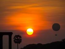 Μπαλόνι ζεστού αέρα σε Angkor Wat στο ηλιοβασίλεμα Στοκ Φωτογραφία