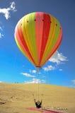 Μπαλόνι ζεστού αέρα στην έρημο Στοκ εικόνα με δικαίωμα ελεύθερης χρήσης