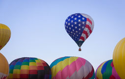 Μπαλόνι ζεστού αέρα τη θερινή ημέρα Στοκ εικόνες με δικαίωμα ελεύθερης χρήσης