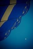 Μπαλόνι και φεγγάρι ζεστού αέρα Στοκ φωτογραφία με δικαίωμα ελεύθερης χρήσης