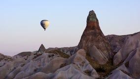Μπαλόνι πέρα από Cappadocia Στοκ Εικόνες