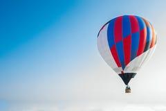 Μπαλόνι που πετά μέσω του ουρανού Στοκ Εικόνες