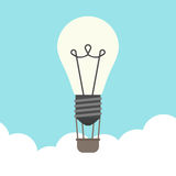 Μπαλόνι Lightbulb επάνω από τα σύννεφα ελεύθερη απεικόνιση δικαιώματος