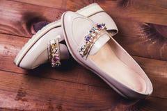 Μπεζ θηλυκά παπούτσια με τα ιταλικά παπούτσια rhinestones Στοκ Εικόνα