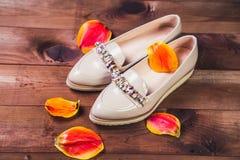 Μπεζ θηλυκά παπούτσια με τα ιταλικά παπούτσια rhinestones Στοκ Εικόνες