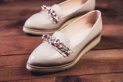 Μπεζ θηλυκά παπούτσια με τα ιταλικά παπούτσια rhinestones Στοκ Φωτογραφία