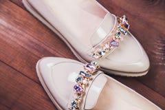 Μπεζ θηλυκά παπούτσια με τα ιταλικά παπούτσια rhinestones Στοκ εικόνες με δικαίωμα ελεύθερης χρήσης