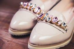 Μπεζ θηλυκά παπούτσια με τα ιταλικά παπούτσια rhinestones Στοκ φωτογραφίες με δικαίωμα ελεύθερης χρήσης