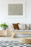 Μπεζ καναπές, μαξιλάρι πουφ και εγκαταστάσεις στοκ εικόνες με δικαίωμα ελεύθερης χρήσης