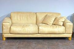 μπεζ καναπές Στοκ Φωτογραφία