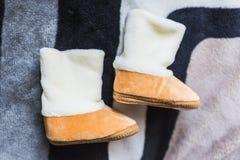 Μπεζ μπότες βελούδου μωρών στοκ φωτογραφίες