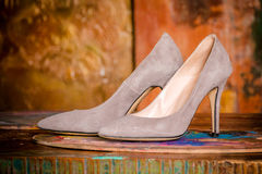 Μπεζ παπούτσια γυναικών ` s πολυτέλειας με τα υψηλά λεπτά τακούνια Στοκ εικόνα με δικαίωμα ελεύθερης χρήσης