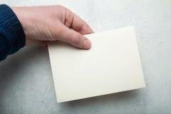 Μπεζ φάκελος κρητιδογραφιών για το ταχυδρομείο σε ένα υπόβαθρο ενός ελαφριού εκλεκτής ποιότητας πίνακα υπό εξέταση Πρότυπο, πρότυ στοκ φωτογραφίες με δικαίωμα ελεύθερης χρήσης