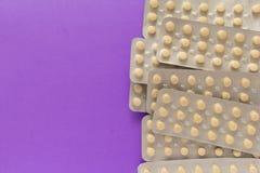 Μπεζ χάπια μέσα στο κιβώτιο ιατρικής Ιώδης ανασκόπηση Στοκ εικόνα με δικαίωμα ελεύθερης χρήσης