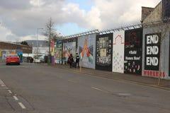 ΜΠΕΛΦΑΣΤ, ΒΟΡΕΙΑ ΙΡΛΑΝΔΊΑ - 22 Φεβρουαρίου 2018: Πολιτική τοιχογραφία στο Μπέλφαστ, Βόρεια Ιρλανδία Ο δρόμος πτώσεων είναι διάσημ στοκ εικόνες