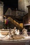 ΜΠΕΡΓΚΑΜΟ, ΙΤΑΛΙΑ - 14, ΙΑΝΟΥΑΡΙΟΣ Κεντρικό τετράγωνο της μεσαιωνικής πόλης με το fontaine το βράδυ Κερδισμένος στην πλατεία Vecc Στοκ εικόνα με δικαίωμα ελεύθερης χρήσης