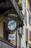 ΜΠΕΡΓΚΑΜΟ, LOMBARDY/ITALY - 25 ΙΟΥΝΊΟΥ: Κρεμώντας σημάδι μπαρ στο Μπέργκαμο Στοκ Φωτογραφίες