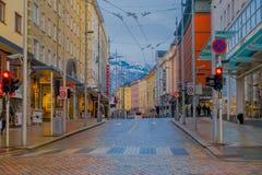 ΜΠΕΡΓΚΕΝ, ΝΟΡΒΗΓΙΑ - 3 ΑΠΡΙΛΊΟΥ 2018: Μη αναγνωρισμένοι άνθρωποι που περπατούν σε μια ήρεμη πόλη ` s διπλανών δρόμων καλά-που συν Στοκ Εικόνες