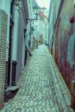 ΜΠΕΡΓΚΕΝ, ΝΟΡΒΗΓΙΑ - 3 ΑΠΡΙΛΊΟΥ 2018: Μη αναγνωρισμένο άτομο σε μια ήρεμη διπλανών δρόμων αρχιτεκτονική αιώνα πόλεων ` καλά-συντη Στοκ φωτογραφία με δικαίωμα ελεύθερης χρήσης