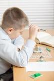 Μπερδεμένο αγόρι που εξετάζει το curcuit Στοκ Εικόνα