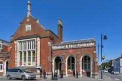 Μπερκσάιρ, UK - τον Απρίλιο του 2018: Ιστορική οικοδόμηση του σιδηροδρομικού σταθμού όχθεων ποταμού Windsor & Eton στο Μπερκσάιρ, στοκ εικόνες με δικαίωμα ελεύθερης χρήσης