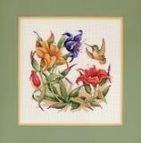 Μπερδεμένη διαγώνια βελονιά του βουίζοντας πουλιού και των λουλουδιών Στοκ φωτογραφίες με δικαίωμα ελεύθερης χρήσης