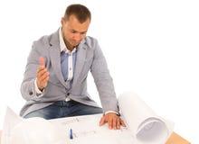 Μπερδεμένος αρχιτέκτονας που εξετάζει ένα σχέδιο οικοδόμησης Στοκ Φωτογραφία