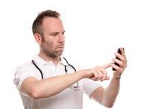Μπερδεμένος ενοχλημένος γιατρός που κάνει μια κλήση σε κινητό του Στοκ Εικόνες