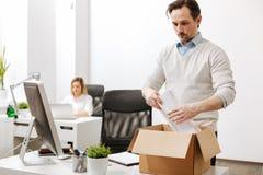 Μπερδεμένος υπάλληλος που συλλέγει το κιβώτιο και που αφήνει την επιχείρηση Στοκ εικόνα με δικαίωμα ελεύθερης χρήσης