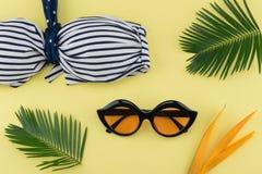 Μπικίνι, και γυαλιά ηλίου στο κίτρινο υπόβαθρο Στοκ Εικόνες