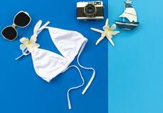 Μπικίνι μαγιό γυναικών θερινής μόδας θάλασσα τροπική Ασυνήθιστη τοπ άποψη, ζωηρόχρωμο υπόβαθρο Στοκ εικόνα με δικαίωμα ελεύθερης χρήσης