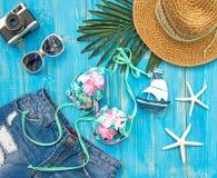 Μπικίνι μαγιό γυναικών θερινής μόδας θάλασσα τροπική Ασυνήθιστη τοπ άποψη, ζωηρόχρωμο υπόβαθρο Στοκ Εικόνες