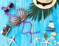Μπικίνι μαγιό γυναικών θερινής μόδας θάλασσα τροπική Ασυνήθιστη τοπ άποψη, ζωηρόχρωμο υπόβαθρο Στοκ Εικόνα