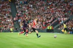 ΜΠΙΛΜΠΑΟ, ΙΣΠΑΝΙΑ - 28 ΑΥΓΟΎΣΤΟΥ: Arda Turan και Oscar de Marcos στην αντιστοιχία μεταξύ του αθλητικών Μπιλμπάο και FC Βαρκελώνη, Στοκ Φωτογραφία