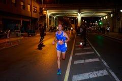 ΜΠΙΛΜΠΑΟ, ΙΣΠΑΝΙΑ - 22 ΟΚΤΩΒΡΊΟΥ: Ο μη αναγνωρισμένος δρομέας με ειδικές ανάγκες στη νύχτα μαραθωνίου του Μπιλμπάο, γιόρτασε στο  στοκ φωτογραφία