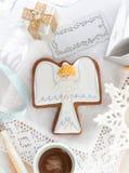 Μπισκότα αγγέλου Χριστουγέννων στην άσπρη ανασκόπηση Στοκ Εικόνες