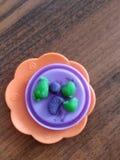 Μπισκότα από το plasticine στο πλαστικό πιάτο στοκ φωτογραφία