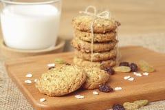 Μπισκότα βρωμών και σταφίδων με το γάλα Στοκ φωτογραφίες με δικαίωμα ελεύθερης χρήσης