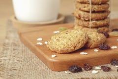Μπισκότα βρωμών και σταφίδων με το γάλα Στοκ Φωτογραφίες