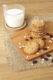 Μπισκότα βρωμών και σταφίδων με το γάλα στοκ εικόνες