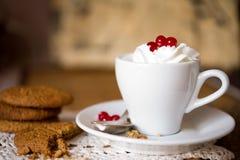 Μπισκότα βρωμών με τον καφέ και την κτυπημένη κρέμα Στοκ φωτογραφίες με δικαίωμα ελεύθερης χρήσης