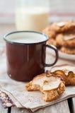 Μπισκότα βρωμών της Apple με μια κούπα του γάλακτος Στοκ εικόνες με δικαίωμα ελεύθερης χρήσης