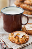 Μπισκότα βρωμών της Apple με μια κούπα του γάλακτος Στοκ Φωτογραφία