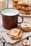 Μπισκότα βρωμών της Apple με μια κούπα του γάλακτος Στοκ φωτογραφίες με δικαίωμα ελεύθερης χρήσης