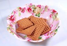 Μπισκότα γάλακτος σε ένα σχεδιασμένο ζωηρόχρωμο πιάτο τροφίμων Στοκ Εικόνες